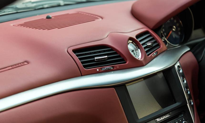 Maserati Gran Turismo the fastidious clock in the centre of the dashboard