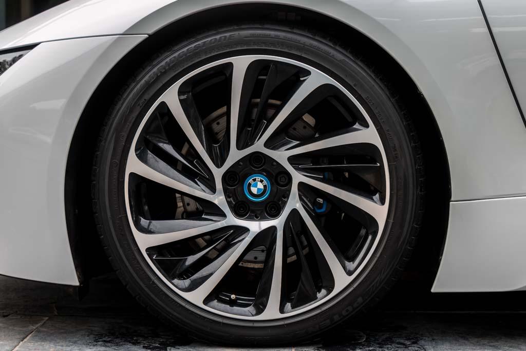 2015-BMW-I8-White-16