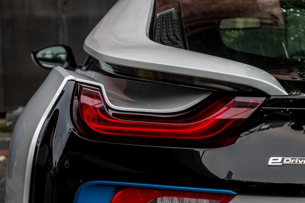 2015-BMW-I8-White-27