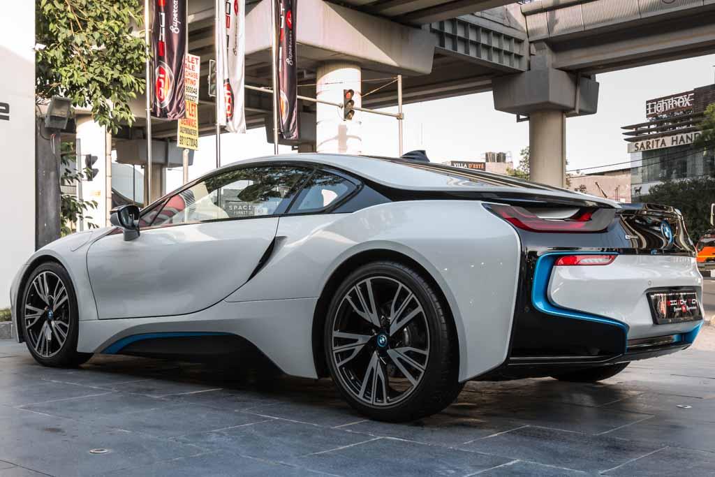 2016-BMW-i8-11