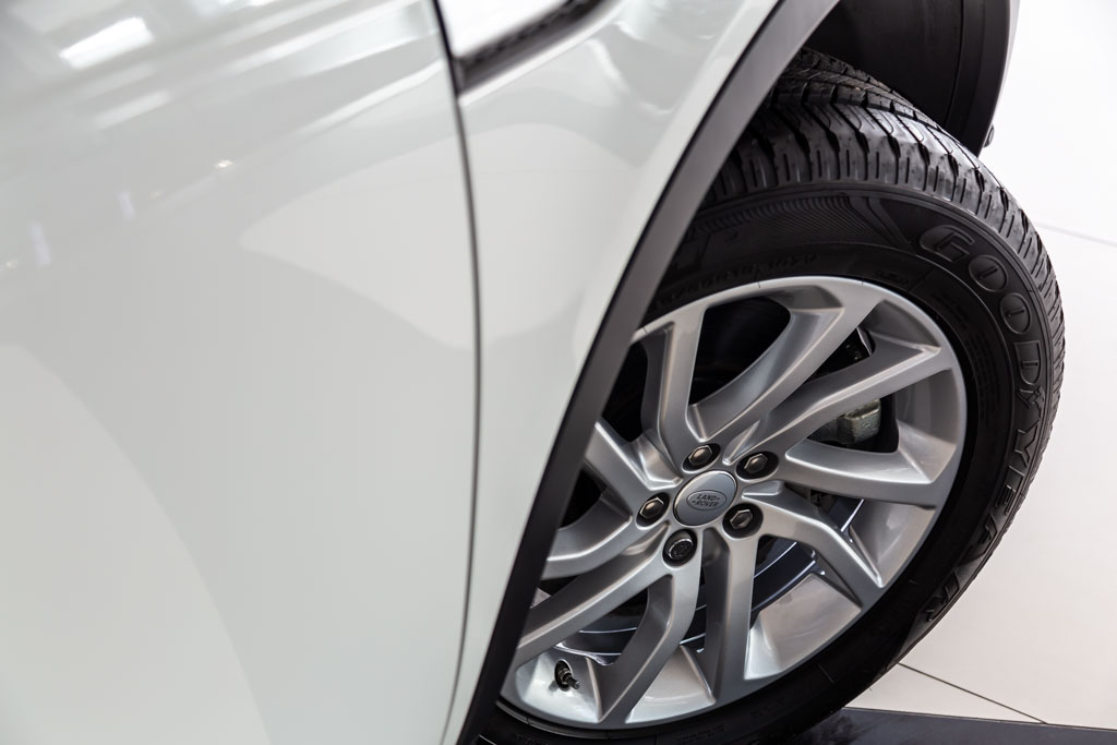 2019-Land-Rover-Discovery-Sport-HSE-White-30