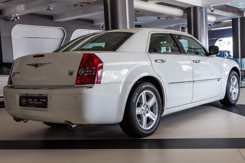 Chrysler-300C-White-10