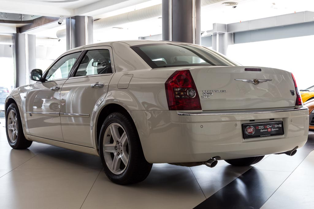Chrysler-300C-White-9